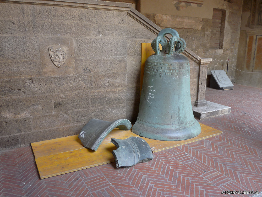 San Gimignano Glocke akustische Geräte Signalgeber Glockenspiel alt Metall Percussion-instrument Topf traditionelle Messing Objekt Antik CoffeePot Musikinstrument Holz Kaffee Antike Schiff Trinken Religion Container Geschichte Jahrgang Kultur Braun Gold Retro behandeln glänzend Architektur Dekoration metallische Stahl Pokal schwarz religiöse Kirche heiß Kochen-utensil aus Holz Koffein Ring Klang Gerät Wasser Schleifer Kunst Kupfer Bronze Golden Reisen Mauer Spiritualität altmodische Ausrüstung Duft closeup Essen Farbe Urlaub Silber Frühstück bell acoustic device signaling device chime old metal percussion instrument pot traditional brass object antique coffeepot musical instrument wood coffee ancient vessel drink religion container history vintage culture brown gold retro handle shiny architecture decoration metallic steel cup black religious church hot cooking utensil wooden caffeine ring sound device water grinder art copper bronze golden travel wall spirituality old fashioned equipment aroma closeup food color holiday silver breakfast