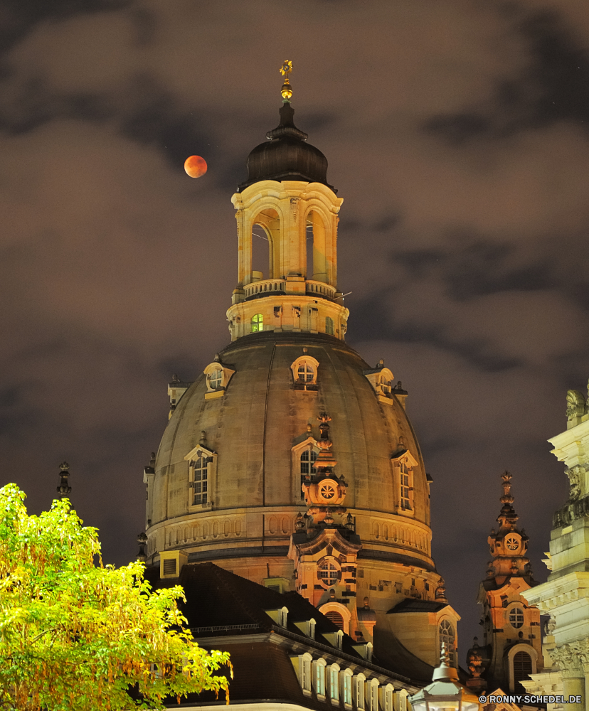 Mondfinsternis 2015 an der Frauenkirche Dresden Kuppel Kirche Architektur Gebäude Dach Religion Schutzüberzug Kathedrale Kloster Geschichte Himmel Turm alt Kreuz Minarett Orthodoxe Stadt Tempel Reisen historische Tourismus Bespannung Kultur glauben Palast historischen Wahrzeichen aussenansicht Antike berühmte religiöse Stadt Stein Denkmal Platz Kuppel Haus Struktur Schloss Gold St Backstein Orthodoxie St. religiöse Residenz traditionelle Residenz Gott Moschee Wolken Tourist Kapelle Ort der Anbetung Hauptstadt Platz Befestigung heilig Urban architektonische Bau Museum Glocke-Côte Uhr Landschaft Turmspitze barocke Baum Katholische Bogen Wolke Golden Erbe Sommer gebaut Union mittelalterliche im freien Tag dome church architecture building roof religion protective covering cathedral monastery history sky tower old cross minaret orthodox city temple travel historical tourism covering culture faith palace historic landmark exterior ancient famous religious town stone monument place cupola house structure castle gold st brick orthodoxy saint religious residence traditional residence god mosque clouds tourist chapel place of worship capital square fortification holy urban architectural construction museum bell cote clock landscape spire baroque tree catholic arch cloud golden heritage summer built union medieval outdoors day
