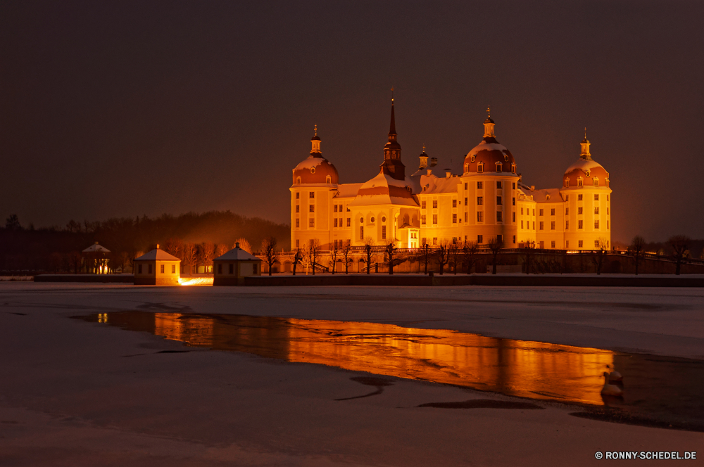 Schloss Moritzburg Palast Residenz Gebäude Haus Stadt Nacht Fluss Architektur Turm Brücke Wohnung Urban Reisen Hauptstadt berühmte Tourismus Wahrzeichen Stadt Kirche Wasser Struktur Reflexion Stadtansicht alt Geschichte Himmel Schloss Tourist Kathedrale 'Nabend Parlament Kultur Szene Gehäuse Licht Straße Uhr Platz Regierung historischen Dämmerung England Religion Gebäude Denkmal landschaftlich Kuppel Landschaft beleuchtete Sonnenuntergang Tempel historische Lichter St. Bau Politik aussenansicht traditionelle Dämmerung St Häuser Stein dunkel nationalen Beleuchtung Sommer See Zentrum Zeit Orthodoxe Reflexionen architektonische Urlaub Brunnen Metropole Zentrale Königreich Antike Mauer Panorama Vereinigte Wolken Skyline Backstein Sonnenaufgang Gold Platz Farbe Kunst am Wasser Tag Meer palace residence building house city night river architecture tower bridge dwelling urban travel capital famous tourism landmark town church water structure reflection cityscape old history sky castle tourist cathedral evening parliament culture scene housing light street clock place government historic dusk england religion buildings monument scenic dome landscape illuminated sunset temple historical lights saint construction politics exterior traditional twilight st houses stone dark national illumination summer lake center time orthodox reflections architectural holiday fountain metropolis central kingdom ancient wall panorama united clouds skyline brick sunrise gold square color art waterfront day sea
